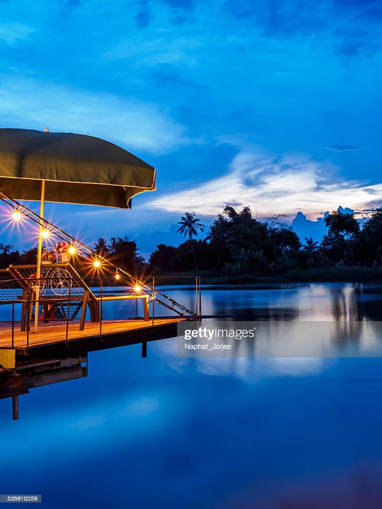 Puesta de sol sobre el río en Bang-pakong Chachoengsao provincia, Tailandia : Foto de stock