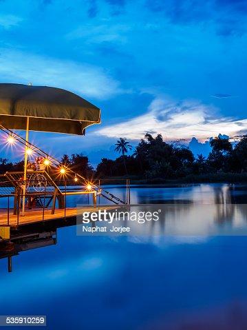 Noite pôr do sol sobre o Rio Bang-pakong para Chachoengsao Província, Tailândia : Foto de stock