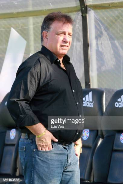 Ever Almeida coach of Olimpia looks on prior a match between Olimpia and Cerro Porteño as part of the 17th round of Torneo Apertura 2017 at...