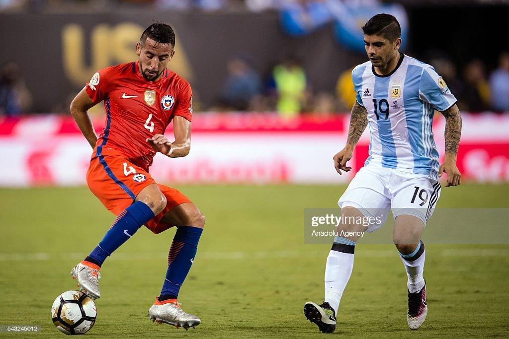 Ever Banega (R) of Argentina struggle for the ball against Mauricio Isla (L) of Chile during the championship match between Argentina and Chile at MetLife Stadium as part of Copa America Centenario 2016 on June 26, 2016 in East Rutherford, New Jersey, USA.