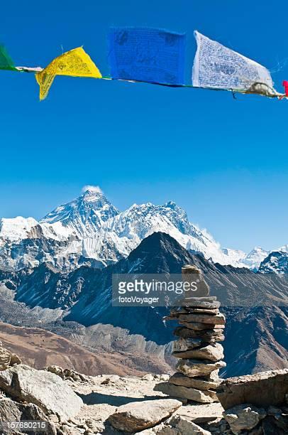 Everest cadre coloré de prière bouddhiste flags et stone cairn Himalaya, Népal