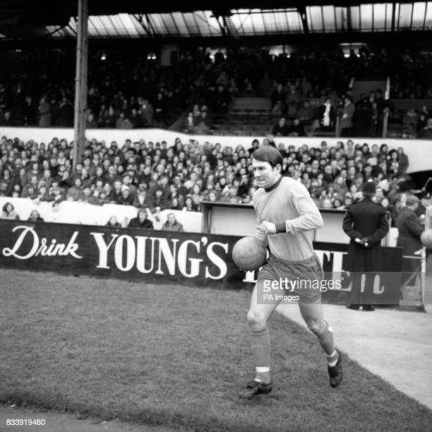 Everton Captain Howard Kendall runs out on to the pitch