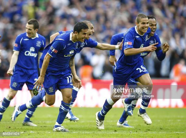 Everton celebrate after Phil Jagielka scores the winning penalty Manchester United 24 Everton