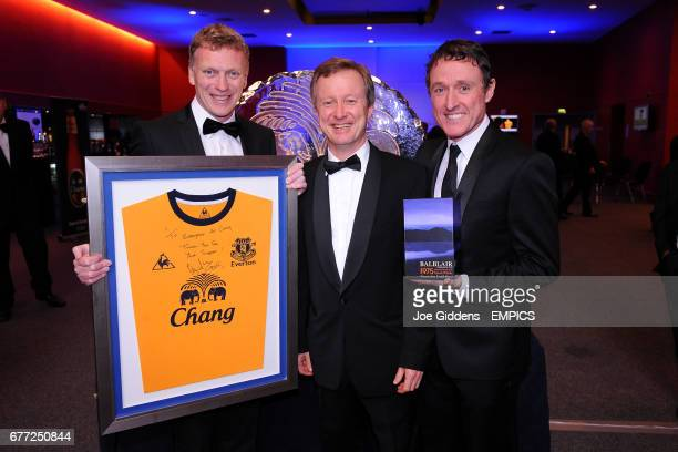 Everton manager David Moyes presenting a shirt to Chang representatives