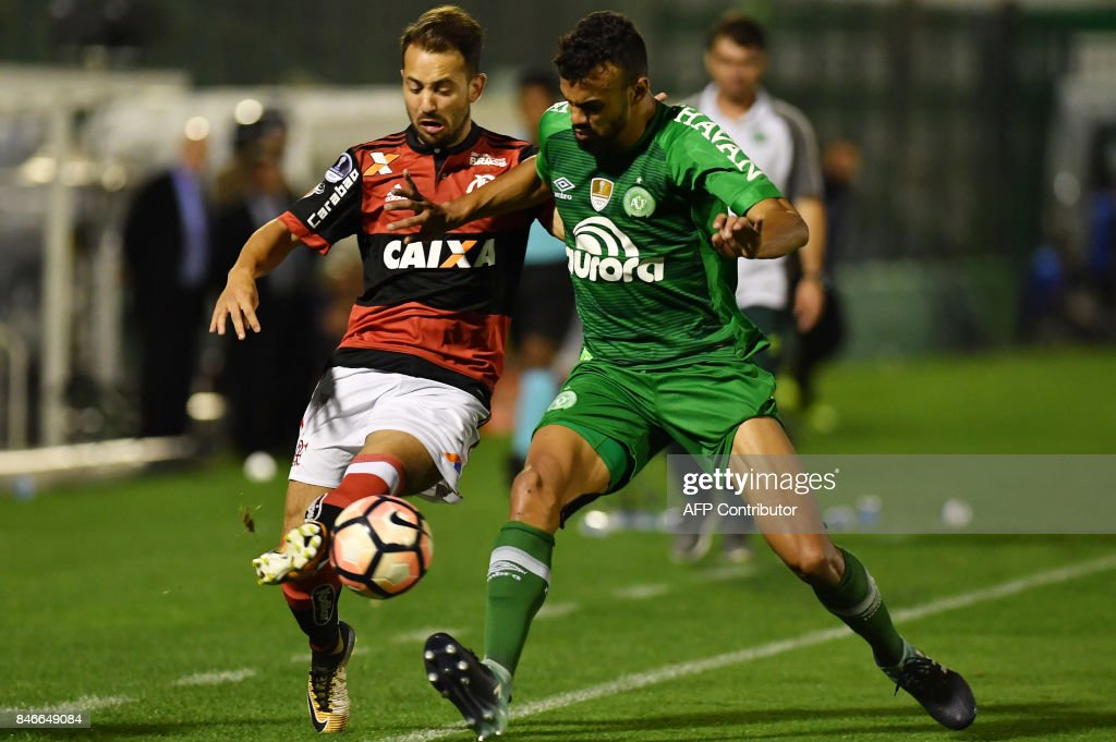 Everton (L) of Brazil's Flamengo vies for the ball with Fabricio Bruno (R) of Brazils Chapecoense during their 2017 Copa Sudamericana football match held at Arena Conda stadium, in Chapeco, Brazil on September 13, 2017. /