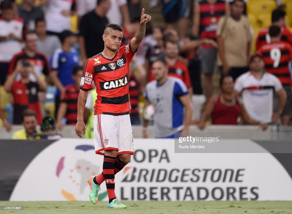 Everton of Flamengo celebrates a scored against of Emelec during a match between Flamengo and Emelec as part of Copa Bridgestone Libertadores 2014 at...