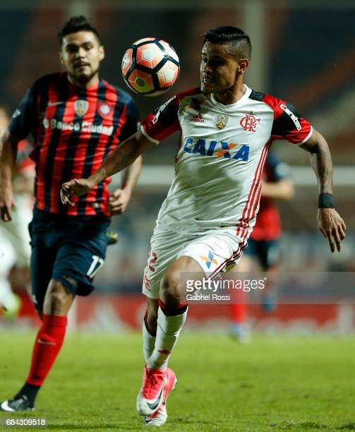 Everton of Flamengo controls the ball during a group stage match between San Lorenzo and Flamengo as part of Copa CONMEBOL Libertadores Bridgestone...