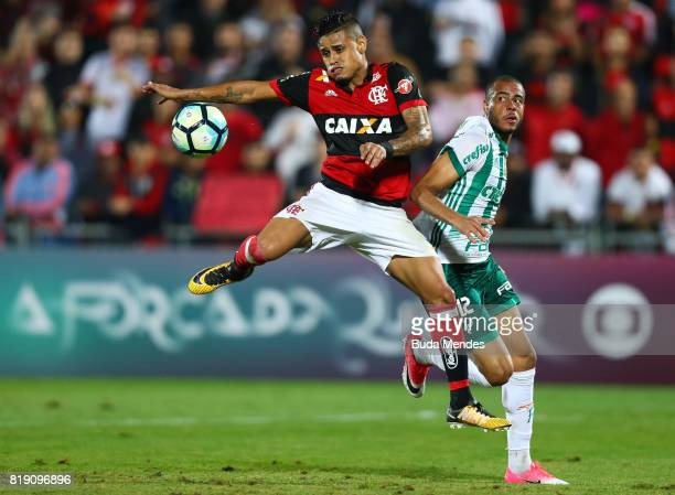 Everton of Flamengo struggles for the ball with Mayke of Palmeiras during a match between Flamengo and Palmeiras as part of Brasileirao Series A 2017...