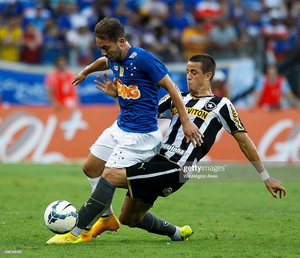 Everton Ribeiro #17 Andreazzi#40 of Cruzeiro struggles for the ball with Junior Cesar #6 of Botafogo during a match between Cruzeiro and Botafogo as part of Brasileirao Series A 2014 at Mineirao stadium on November 02, 2014 in Belo Horizonte, Brazil.