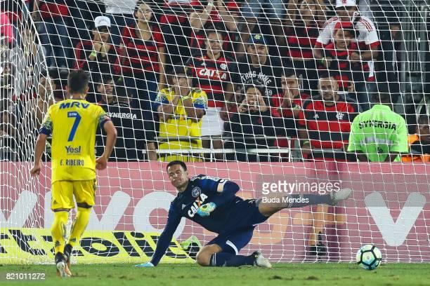 Everton Ribeiro of Flamengo kicks the ball and makes a goal during a match between Flamengo and Coritiba as part of Brasileirao Series A 2017 at Ilha...