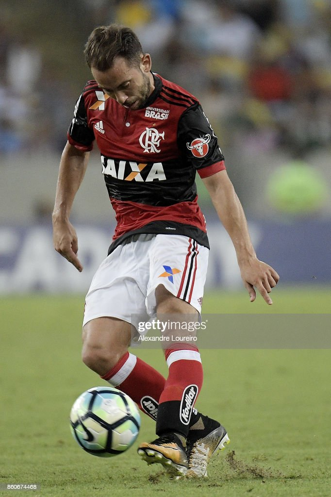 Everton Ribeiro of Flamengo runs with the ball during the match between Flamengo and Fluminense as part of Brasileirao Series A 2017 at Maracana Stadium on October 12, 2017 in Rio de Janeiro, Brazil.