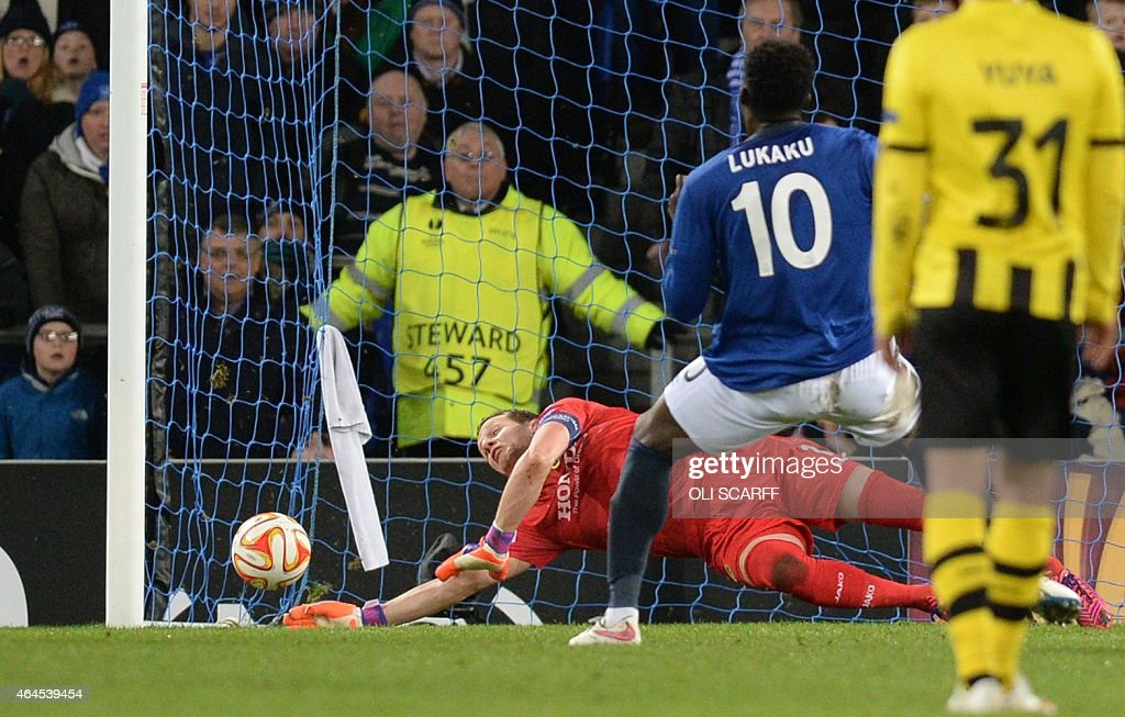 Everton's Belgian striker <a gi-track='captionPersonalityLinkClicked' href=/galleries/search?phrase=Romelu+Lukaku&family=editorial&specificpeople=6342802 ng-click='$event.stopPropagation()'>Romelu Lukaku</a> (2nd R) scores the 1-1 after a penalty past Young Boys' Swiss goalkeeper Marco Wolfli (L) during the UEFA Europa League round of 32 second leg football match between Everton FC and BSC Young Boys at the Goodison Park in Liverpool on February 26, 2015.