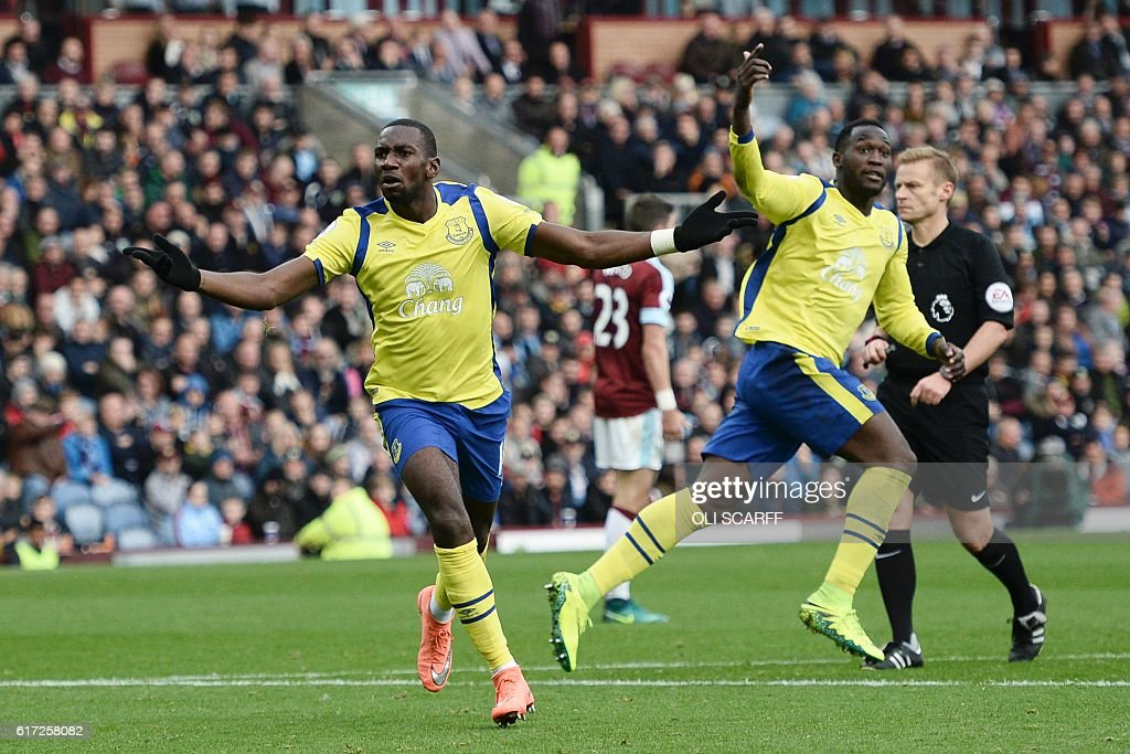 Everton's French-born Congolese midfielder Yannick Bolasie (L) celebrates scoring their first goal to equalise 1-1 as Everton's Belgian striker Romelu Lukaku (R) gestures for a quick restart during the English Premier League football match between Burnley and Everton at Turf Moor in Burnley, north west England on October 22, 2016. / AFP / OLI SCARFF / RESTRICTED TO EDITORIAL USE. No use with unauthorized audio, video, data, fixture lists, club/league logos or 'live' services. Online in-match use limited to 75 images, no video emulation. No use in betting, games or single club/league/player publications. /