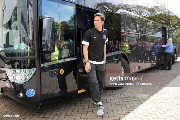 Everton's Joel Robles alights from the team bus as they arrive at the KC Stadium