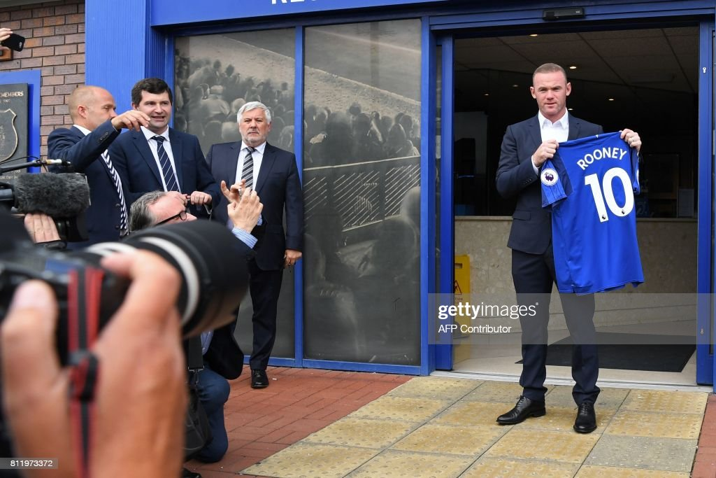 Everton's new signing, English striker Wayne Rooney poses for a photograph with his club shirt after giving a press conference at Goodison Park in Liverpool on July 10, 2017, following his move to Everton from Manchester United. Rooney, whose move comes after United announced they had agreed terms with Everton over buying striker Romelu Lukaku, will hope the switch revives his international career. / AFP PHOTO / Paul ELLIS