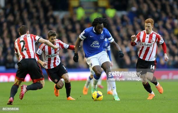 Everton's Romelu Lukaku takes on Sunderland's Jack Colback Phil Bardsley and Fabio Borini