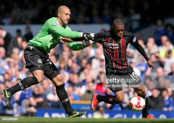 Everton's Tim Howard pulls back Manchester City's De Souza Robinho