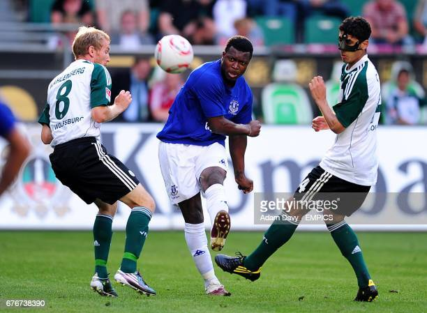 Everton's Yakubu Ayegbeni gets in a shot on goal despite being under pressure from Vfl Wolfsburg's Thomas Kahlenberg and Jonathan Santana
