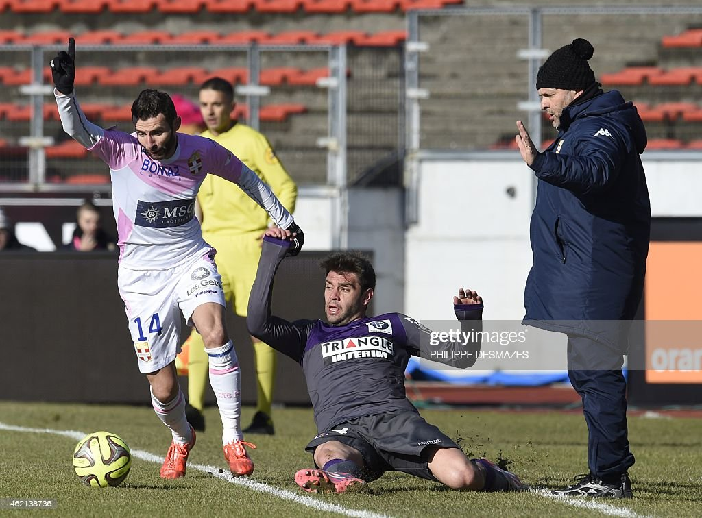 Evian's French midfielder Cedric Barbosa (L) vies with Toulouse's Serbian defender Pavle Ninkov (C) beside Evian's French coach Pascal Dupraz (R) during the French L1 football match Evian Thonon Gaillard against Toulouse FC on January 25, 2015 at the Parc des Sports stadium in Annecy, eastern France. AFP PHOTO/PHILIPPE DESMAZES