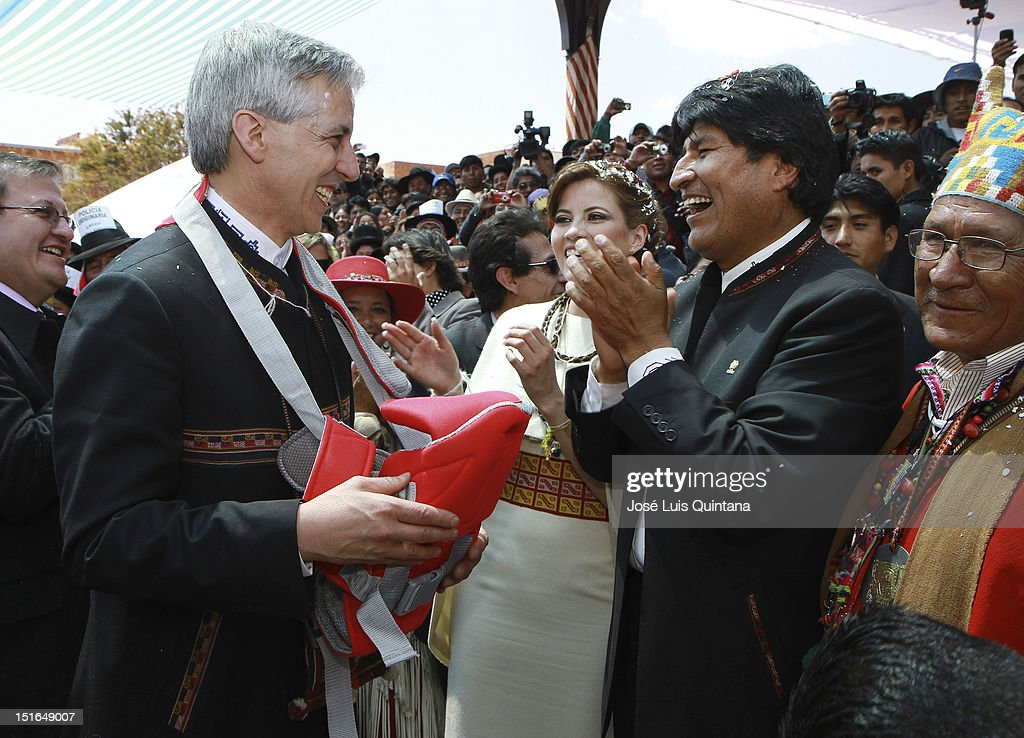 <a gi-track='captionPersonalityLinkClicked' href=/galleries/search?phrase=Evo+Morales&family=editorial&specificpeople=272981 ng-click='$event.stopPropagation()'>Evo Morales</a> (R), President of Bolivia makes a gift to <a gi-track='captionPersonalityLinkClicked' href=/galleries/search?phrase=Alvaro+Garcia+Linera&family=editorial&specificpeople=4606467 ng-click='$event.stopPropagation()'>Alvaro Garcia Linera</a> (L), vice president of Bolivia, and Claudia Fernandez, during the wedding ceremony at the Akapana ruins in the archaelogical site of Tiwanaku, on September 08, 2012 in La Paz, Bolivia.