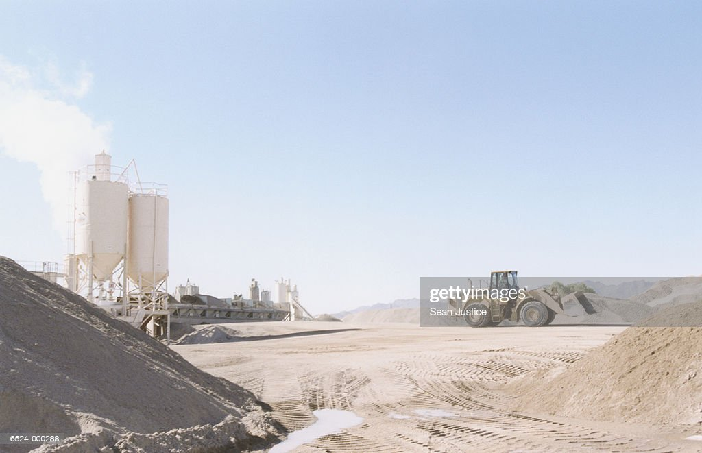 Idaho Cement Plants : Excavator at cement plant stock foto getty images