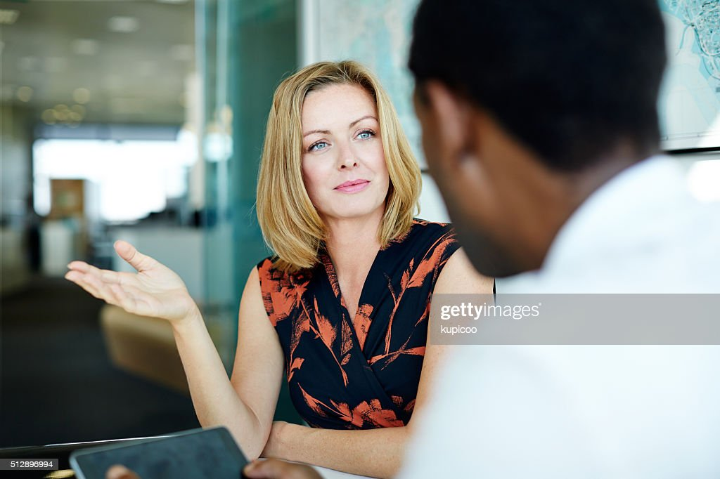 Lo scambio di idee nell'ufficio : Foto stock