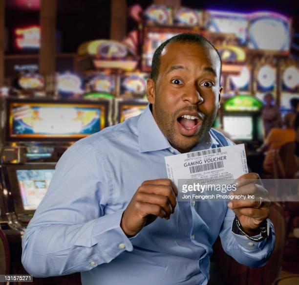 アフリカ系アメリカ人の男を興奮ゲームのカジノ引換券