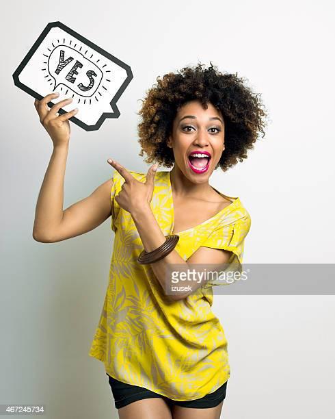 Aufgeregt Afro amerikanische Frau mit Sprechblase