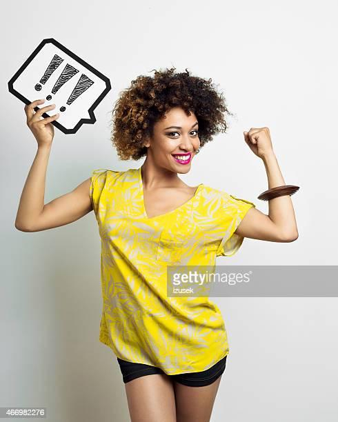 Excitación con expresión de pensamiento de mujer Afro