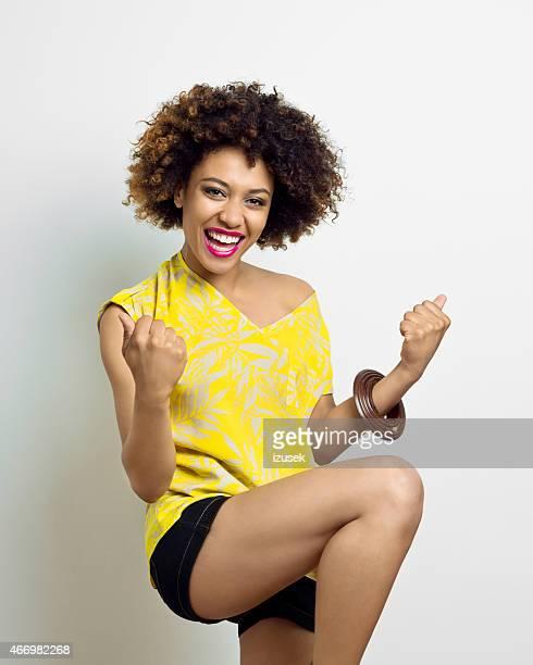 Entusiasmado Afro Jovem mulher