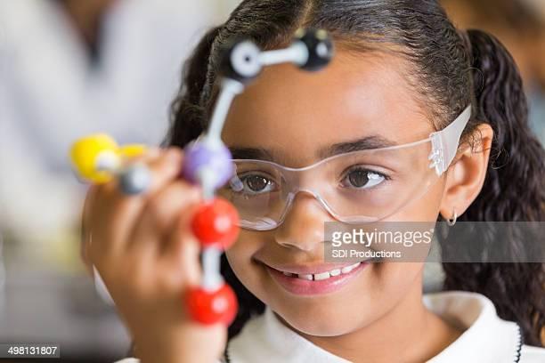 Felice Studente di scuola elementare con atom modello in classe di scienze