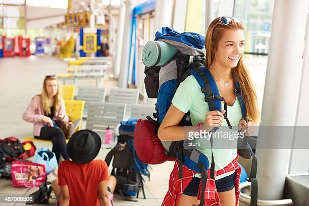 Prazer mulher turista à espera para a viagem para começar
