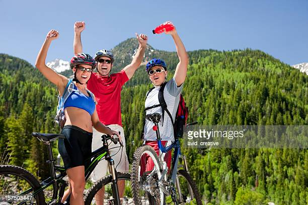 Heureux amis faire du vélo de montagne ensemble