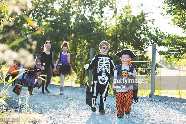Heureux enfants marchant un Trick ou traiter l'allée