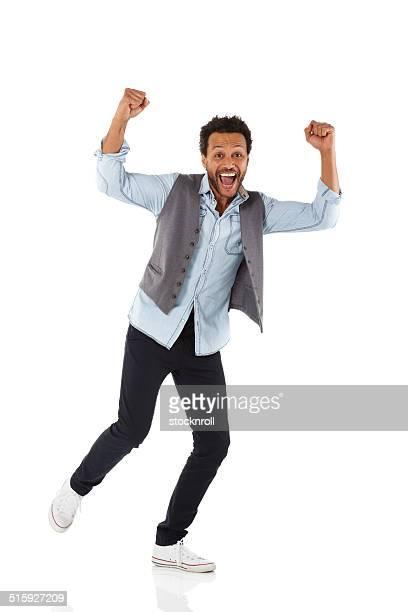 Aufgeregt Mann feiert Erfolg
