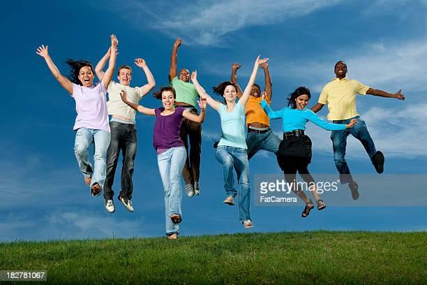 Heureux multi ethniques jeunes adultes