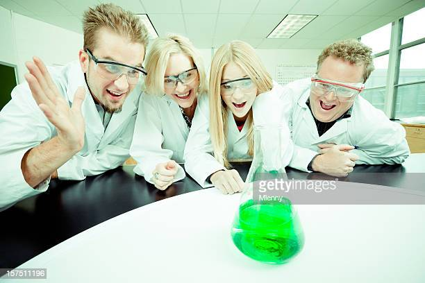 Aufgeregt Wissenschaftler Entdecken Sie ein neues