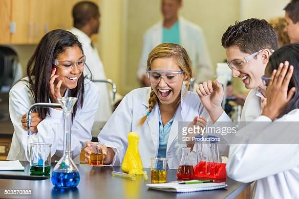Heureux étudiants en science expérience au lycée de classe