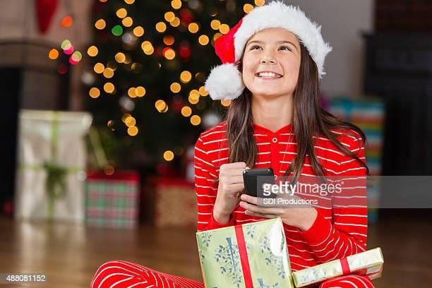Aufgeregt tween Mädchen erhält Handy als Weihnachtsgeschenk