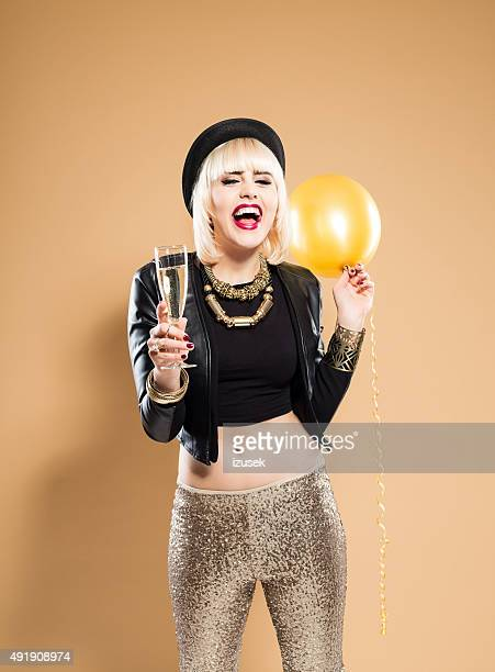 Aufgeregt Frau mit einem Glas Champagner und Ballons