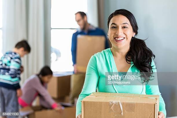 Aufgeregt Frau bereitet, Umzug in neues Zuhause