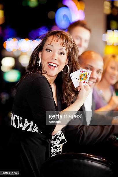 Excité femme avec une main primé sur la table de black jack