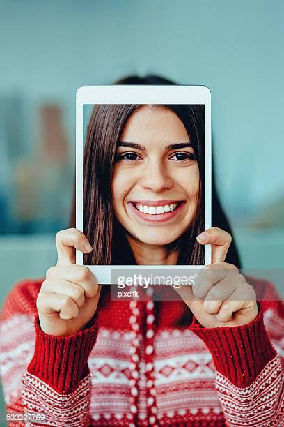Excité femme avec tablette numérique faire une autophoto