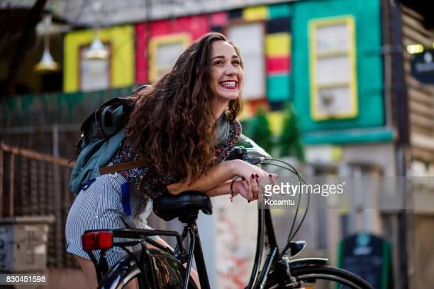 Erregte junge Frau beugte sich über Oldtimer Fahrrad