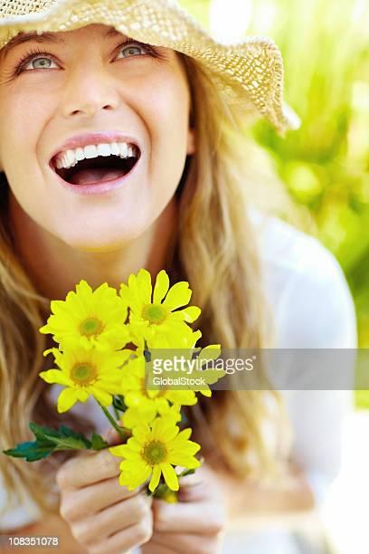 Begeistert Junge Frau holding Bündel von Blumen