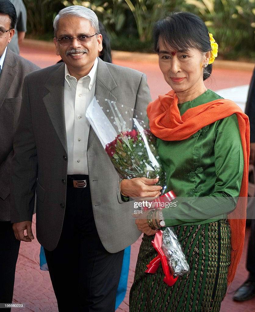 Executive Co-Chairman of Infosys Kris Gopalakrishnan (L) greets Nobel laureate and Myanmar opposition leader and Chairperson of the National League of Democracy of Myanmar Aung San Suu Kyi during her visit to Infosys in Bangalore on November 17, 2012. Suu Kyi is on a week-long visit to India. AFP PHOTO
