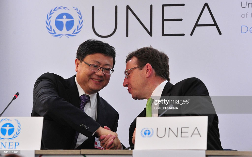Executive Director Achim Steiner (R) shakes hands with Chinese Environment Minister Chen Jining, at a press conference during the United Nation Environment Assembly (UNEA) in Nairobi on May 26, 2016 . The Assembly which represents the worlds highest-level of decision-making body on the environment will culminate in resolutions and a global call to action to address the critical environmental challenges facing the world today. / AFP / SIMON