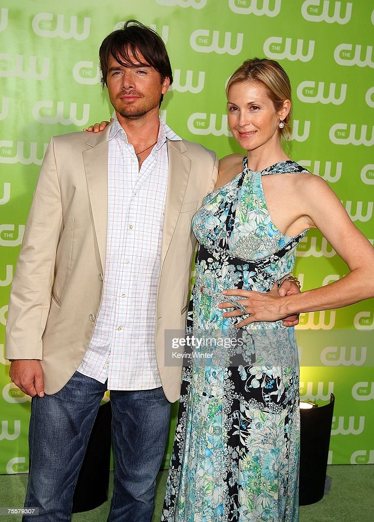 Executive producer Matthew Settle (L) and actress Kelly Rutherford pose during the CW Television Critics Association Press Tour party at the Fountain Plaza at the Pacific Design Center on July 20, 2007 in West Hollywood, California.