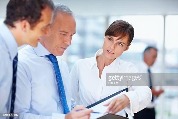 Geschäftsleute gehen über Vorschlag