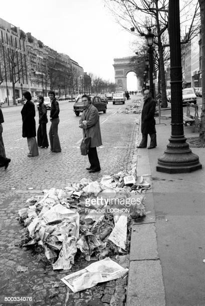 Exemplaires du 'Parisien Libéré' détruits sur les ChampsElysées lors du conflit syndical du quotidien en 1976 à Paris France